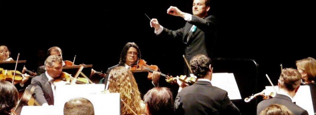 Álvaro Albiach dirigiendo a la Orquesta de Extremadura