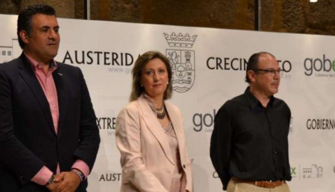 La consejera Trinidad Nogales, presenta el festival acompañada por el alcalde de Coria, José Manuel García Ballestero, y el director del festival, Hugo Geller.