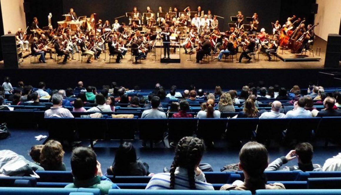 Álvaro Albiach explicando en un concierto comentado